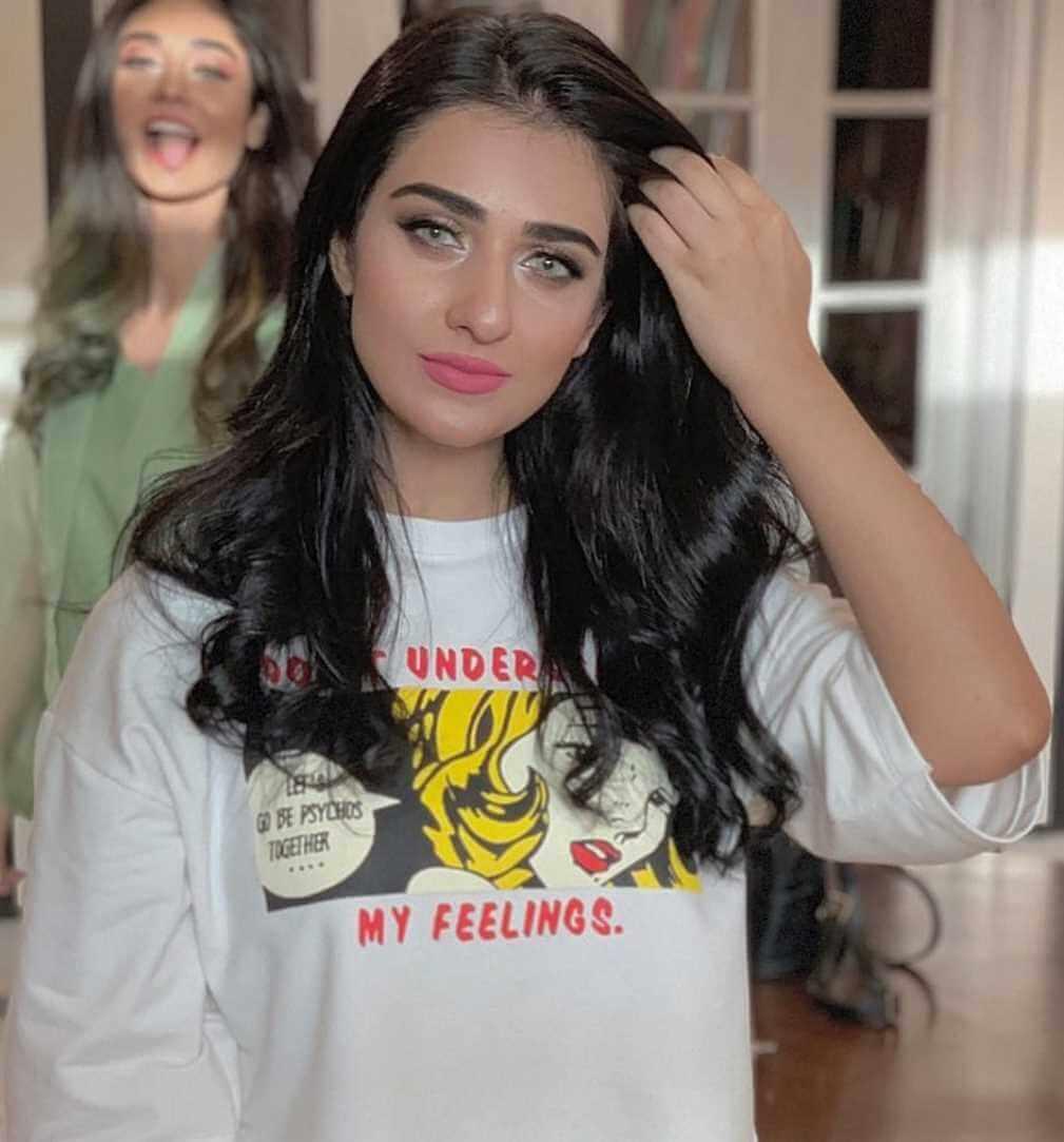 Sarah Khan HD Photo 2