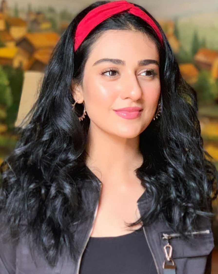 Sarah Khan HD Photo 9