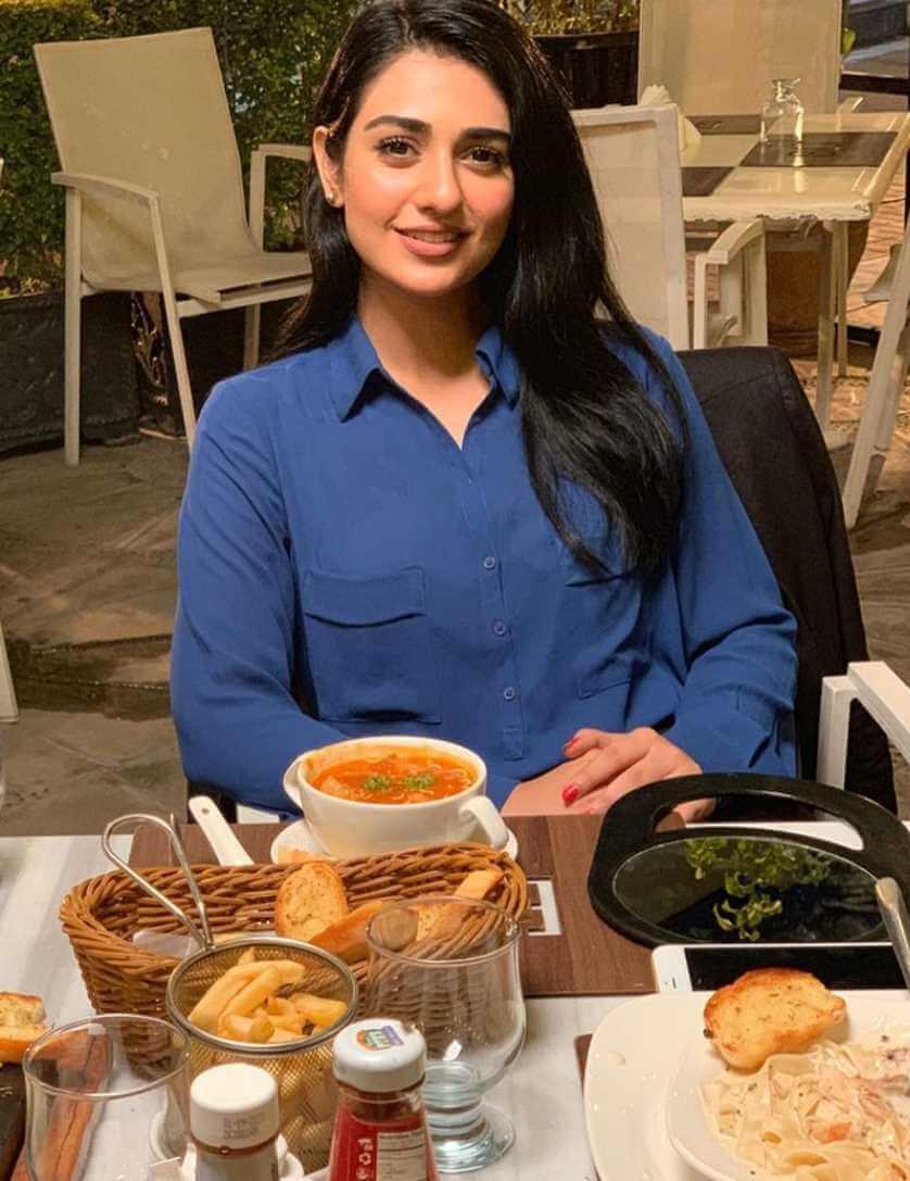 Sarah Khan With Foods Image