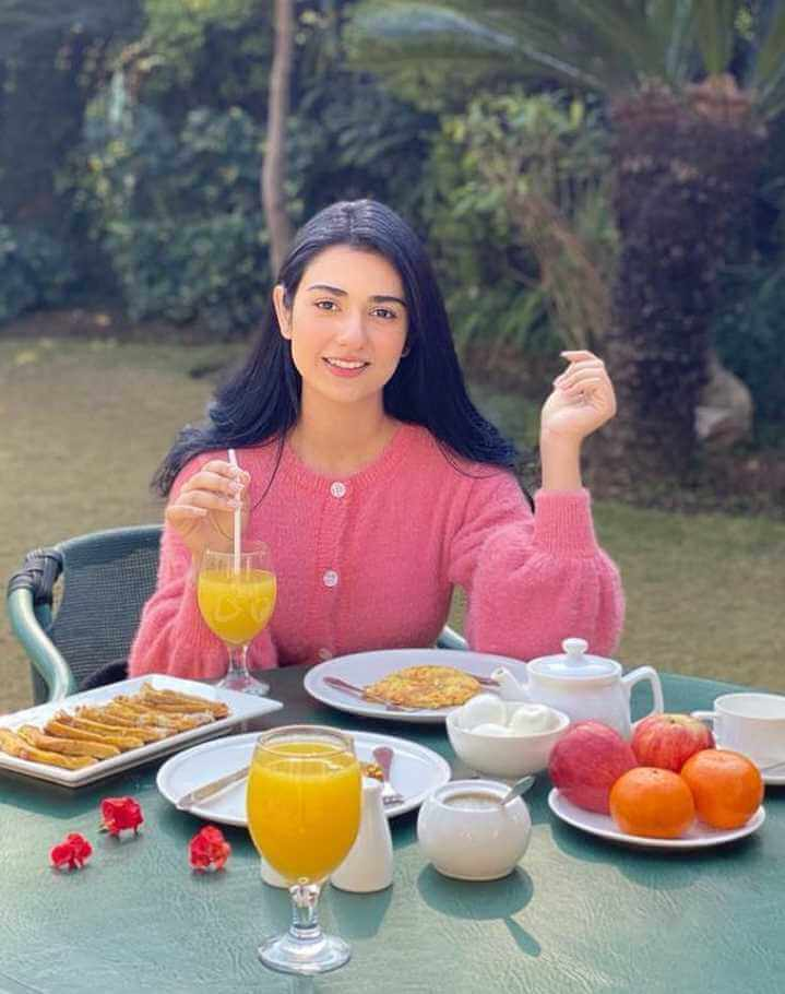 Sarah Khan with foods Photo