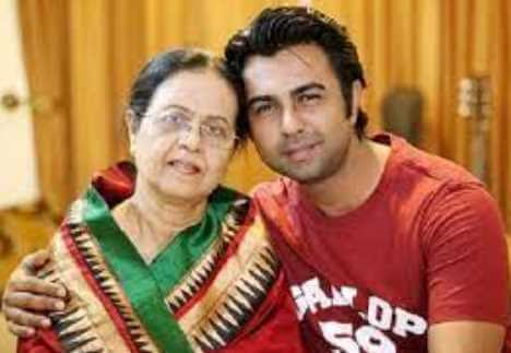 Ziaul Faruq Apurba with her Mother Image